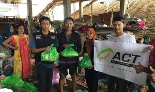 ACT Sulsel mendistribusikan bantuan logistik di Kecamatan Pallangga, Gowa, Kamis (24/1).