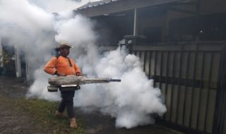 Antisipasi DBD, Warga Malang Lakukan Fogging