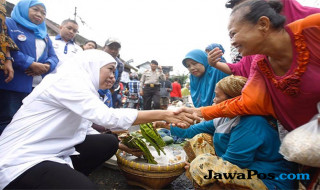 Khofifah dan pedagang pasar Kebalen, Kota Malang