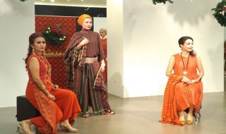 perayaan natal, batik, tenun, busana baik, busana tenun, tren batik, tren tenun, tren mode,