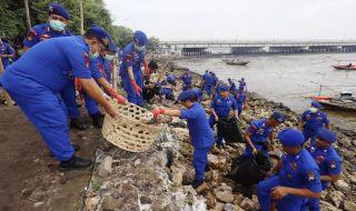 Kapolda Jatim Pimpin Aksi Bersih-bersih Kawasan Suramadu