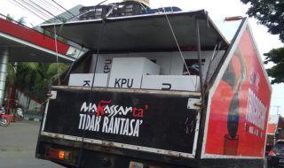 KPU Makassar Distribusikan Kotak Suara Pakai Mobil Sampah
