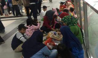 Makan di Stasiun Hingga Bergelantungan, Ini Tanggapan MRT Jakarta