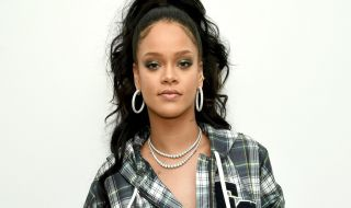 Menggoda, Rihanna Promo Make Up dengan Mini Dress Emas Seksi