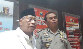 Ketua MUI Jawa Timur Abdusshomad Bukhori (kiri) bersama Kabid Humas Polda Jatim Kombespol Frans Barung Mangera.
