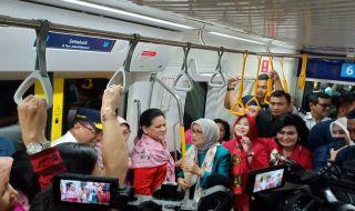 Nyobain MRT, Ibu Negara dan Istri Wapres JK Rela Berdiri