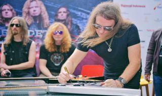 Megadeth Lelang Gitar untuk Korban Gempa Palu dan Donggala