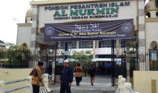 Spanduk penyambutan kepulangan ustad Abu Bakar Ba'asyir dipasang di depan pintu masuk Ponpes Al Mukmin, Ngruki, Sukoharjo.