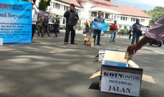 Prihatin Jalan Berlubang, Warga Malang Galang Koin Bantu Pemkot