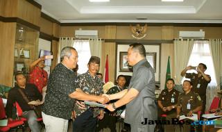 Kajari Sidoarjo M. Sunarto (kanan) bersama Ketua Forum Komunikasi Kepala Desa (FKKD) Sidoarjo M. Heru Shulton