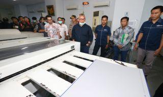 Ketua KPU RI Arief Budiman menilik proses cetak desain dan warna surat suara, apakah sesuai dengan ketentuan atau tidak.