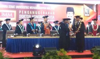 Gubernur Jatim Soekarwo saat menerima gelar Doktor Honoris Causa dari Universitas Muhammadiyah Malang, Kamis (27/12).