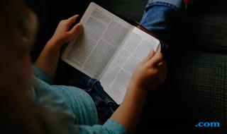 Anak hobi membaca.