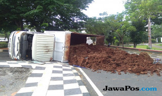 truk terguling