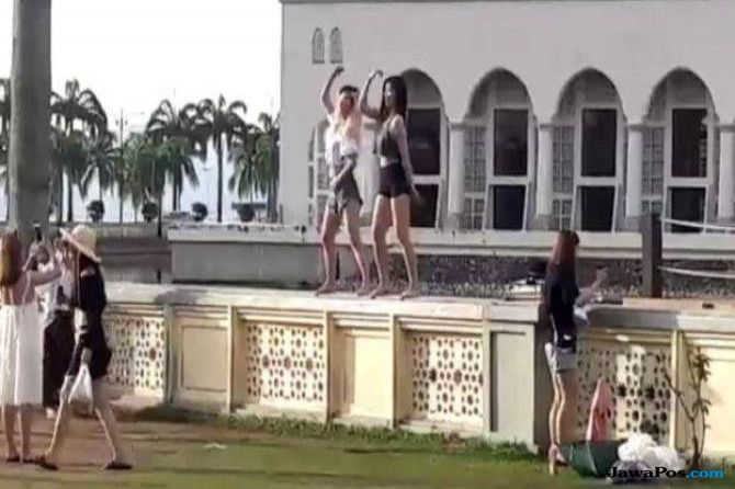 2 Turis Tiongkok Didenda Usai Menari Seronok di Pagar Masjid Malaysia
