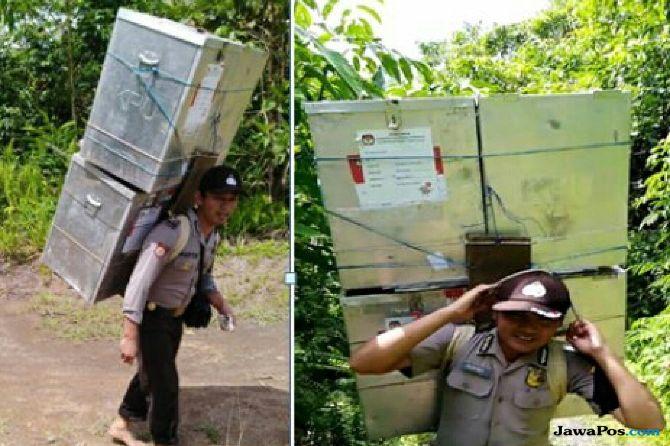 3 Jam Pikul Surat Suara di Tengah Hutan, 2 Polisi Diapresiasi Kapolri