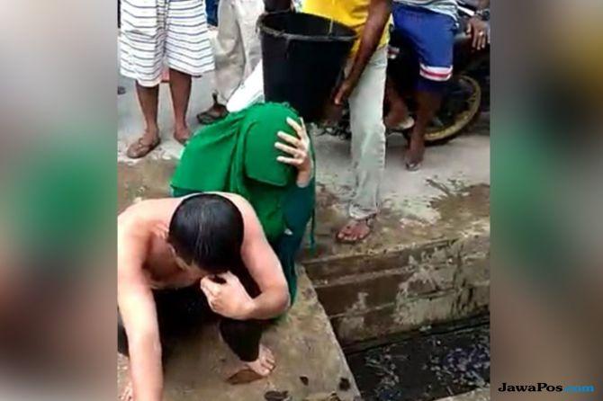 Bawa Perempuan ke Rumah, Kepala Bappeda Langsa Dimandikan Air Comberan