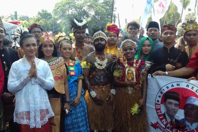 Begini Gaya Pendukung Jokowi Pakai Baju Adat dari Sabang-Merauke