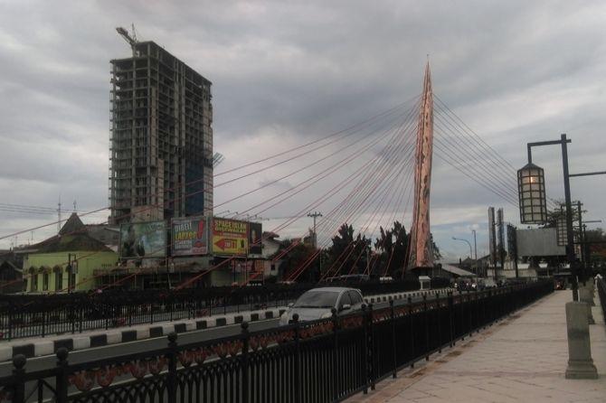 Tugu keris raksasa di jembatan Tirtonadi, Solo, yang dianggap tidak mirip keris.