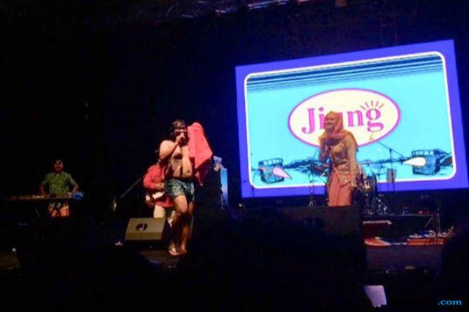 Bikin Heboh, Vokalis Jiung Mandi di tengah Penonton Synchronize Fest