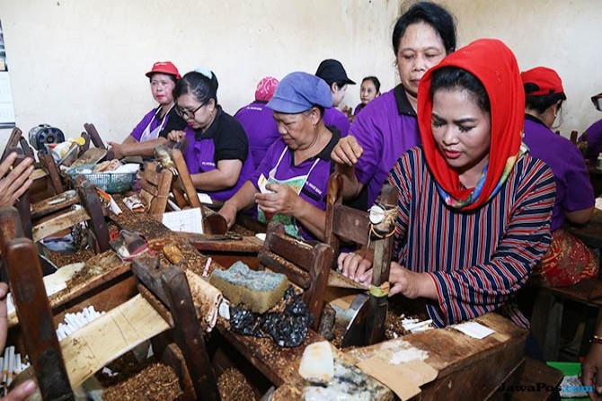Blusukan ke Pabrik Rokok, Puti Guntur Soekarno Dicurhati Buruh Linting