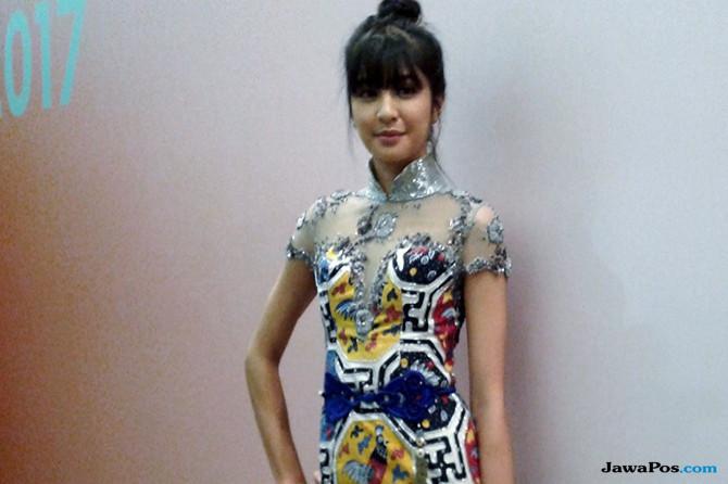 Cantik, Begini Gaya Mika Tambayong Datang ke Indonesia Fashion Week