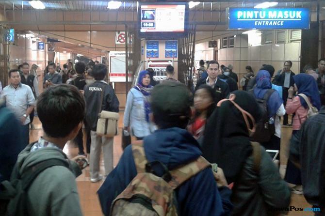 Commuter Line Alami Gangguan, Penumpang Numpuk di Cikini