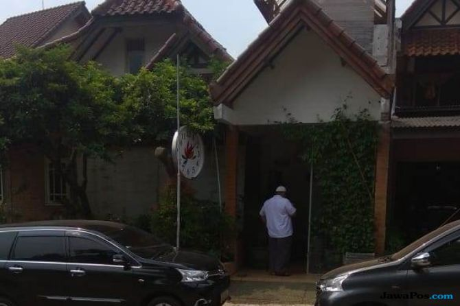 Seorang Laskar FPI (Berbaju Putih) tampak berjaga di rumah Neno Warisman di Cimanggis, Depok, Jawa Barat, Selasa (2/10).