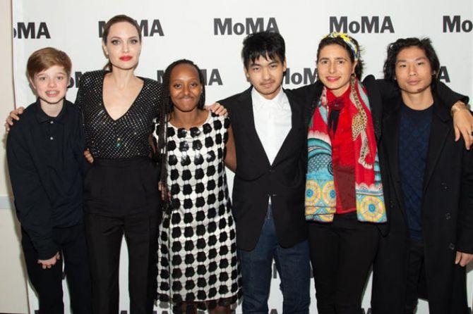 Hadiri Festival Film, Busana Angelina Jolie Bikin Gagal Fokus