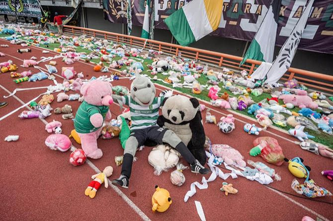 TIRA Hujani Stadion GBT dengan Boneka, Bonek Kebanjiran Pujian