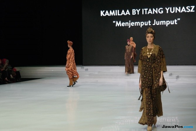 Kain Wastra Nusantara dalam Koleksi Modest Wear Itang Yunasz di IFW