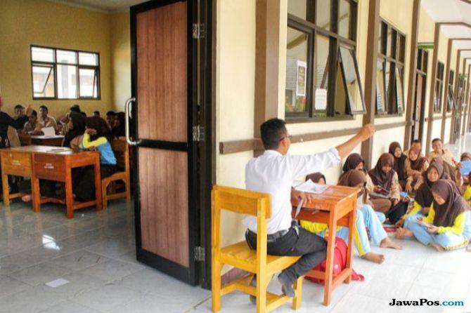 Kekurangan Ruang Kelas Siswa Smkn 7 Belajar Di Luar