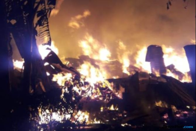 Kerugian Kebakaran Pabrik Triplek di Joglo Capai Rp 1,2 Miliar