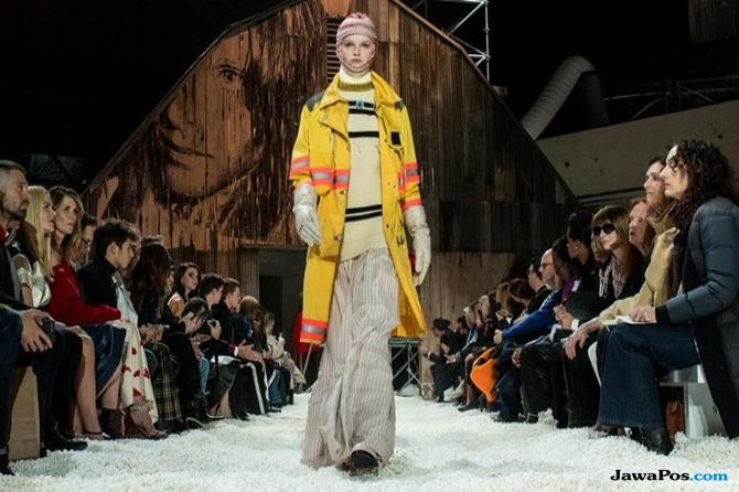 Ketika Lautan Popcorn Jadi Runway Para Model di New York Fashion Week