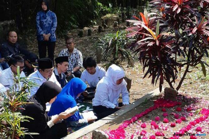 Khofifah Ziarah ke Makam KH Abdul Muchith Muzadi di Jember