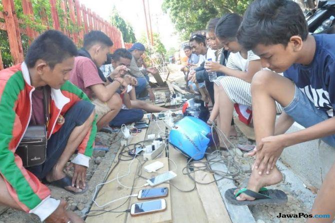 Korban Tsunami Palu: Berburu Listrik di Pinggir Jalan untuk Charge HP
