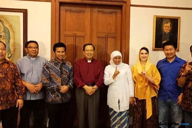 Kunjungi Keuskupan Surabaya, Khofifah-Emil Gelar Pertemuan Tertutup