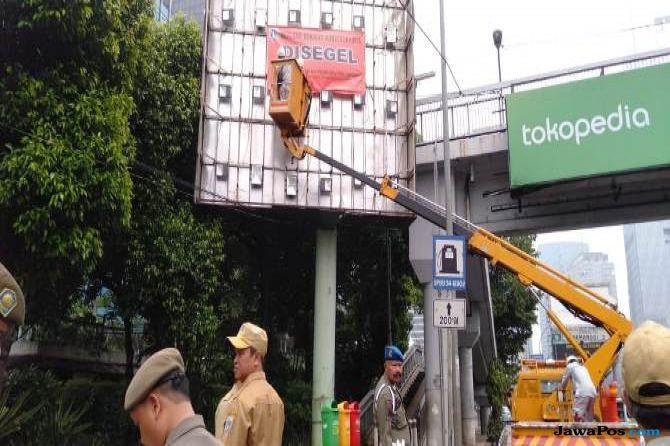 Langgar Aturan, 48 Reklame di Jakarta Selatan Disegel