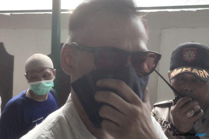 Lanjutkan Sidang, Tio Pakusadewo Tutupi Wajahnya dengan Saputangan