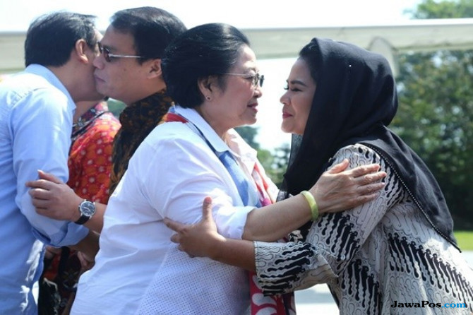 Libur Kampanye, Puti Nyekar ke Makam Bung Karno Bersama Megawati