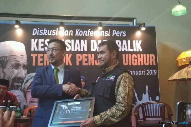 Masyarakat Uighur Serahkan Bantuan USD 50.000 untuk Indonesia