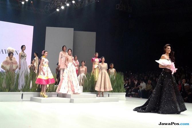 Muncul Tiba-Tiba, Kezia Warouw Tampil Anggun di Indonesia Fashion Week