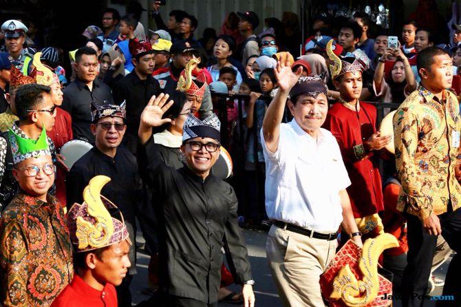 Nikmati Karnaval Etnik, Menko Luhut: Banyuwangi Paten!
