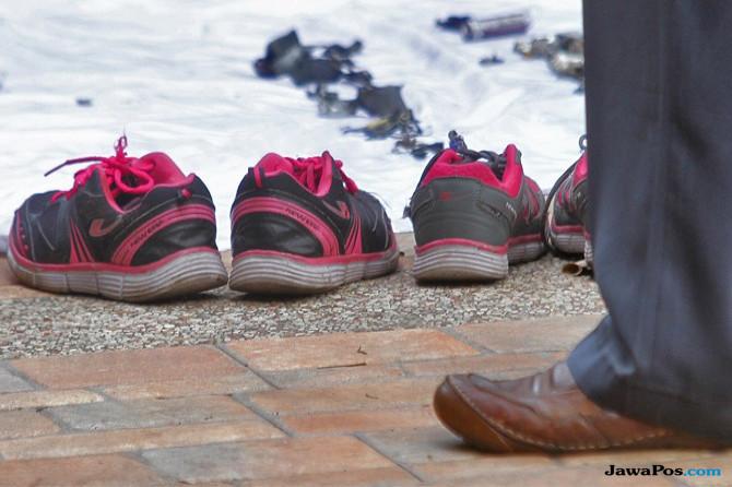 Olah TKP Bom Gereja, Polisi Periksa Dua Pasang Sepatu