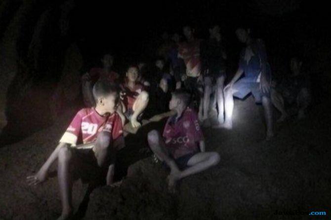 Orangtua 12 Anak yang Terjebak di Gua Tham Luang Menangis Lega