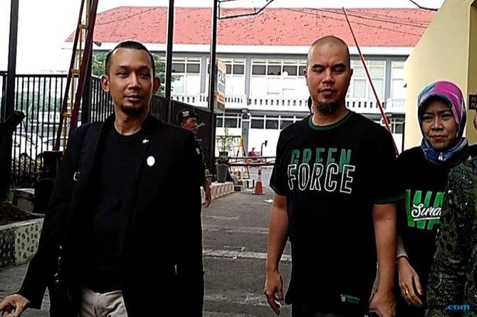 Pakai Kaos 'Green Force', Ahmad Dhani Penuhi Panggilan Penyidik polrestabes surabaya