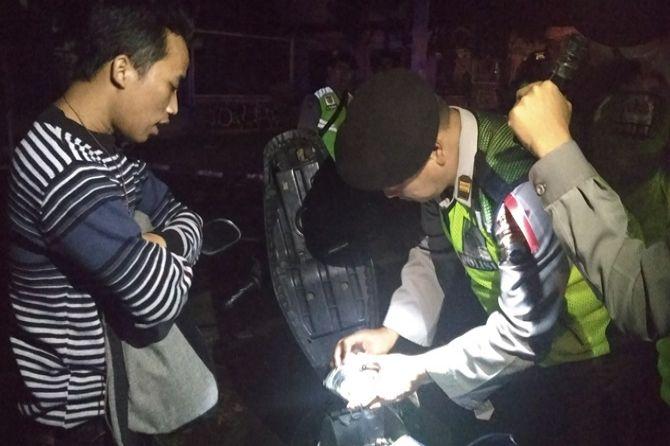 Para Pemuda Berlarian Saat Polres Malang Gelar Razia Skala Besar
