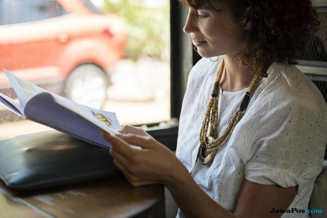 Perempuan membaca