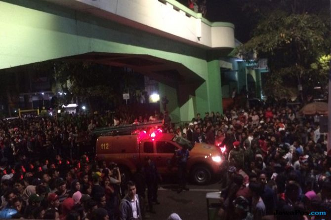 Petaka Surabaya Membara, Penonton Jatuh dari Viaduk, 2 Tewas, 3 Luka