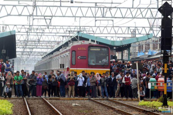 PT KCI Berlakukan Tiket Kertas, Antrean Penumpang di Stasiun Mengular